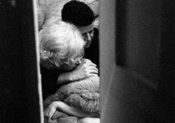 Nem valódi a John F. Kennedy és Marilyn Monroe intim pillanatát megörökítő kép sem: a fotót egyAlison Jackson nevű művész készítette, akinek egyik specialitása, hogy hírességek hasonmásaival készít pillanatképeket, műveit megtalálhatod itt és itt is, de a Facebook oldalán is körülnézhetsz.