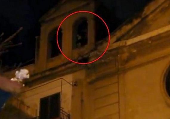 A fenti fotó tavaly készült Olaszországban, és bejárta az internetet. Úgy tűnik, mintha a torony ablakában kísértene valaki, de a jelenség csak optikai illúzió.
