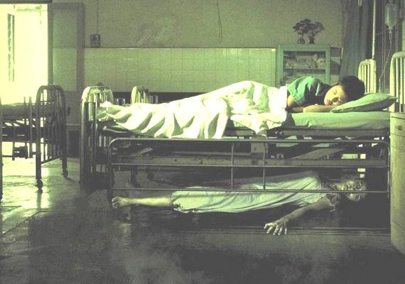 Az e-mailben terjedő kísértetfotók közül sokról bebizonyították már, hogy hamisítvány. Ez az ijesztő kép is így vált híressé, ennek köszönhetően pedig nagyon hamar meglett az eredeti forrás, ami egy horrorfilm borítója.