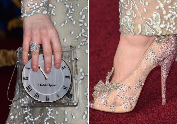 A színésznő kezében egy Hamupipőke-inspirálta Charlotte Olympia órát tartott, lábán pedig egy gyönyörű Christian Louboutin cipő csillogott.
