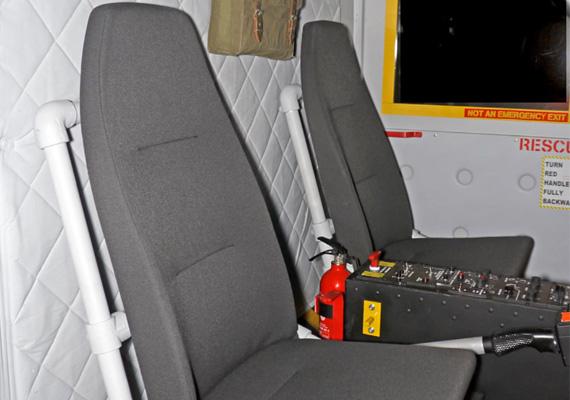 Egy pilótának és az utasának jut hely a gépben.