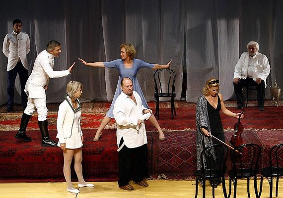 Íme, Csehov díszes társasága a színpadon.
