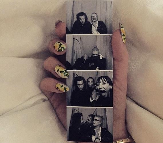Kelly Osbourne másnap is megörvendeztette a rajongókat egy képsorozattal, amin ő, Harry, Cara Delevingne és Rashida Jones grimaszolnak.