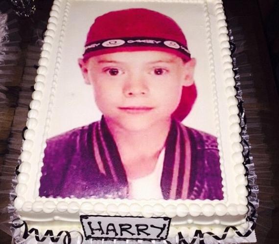 Harry hatalmas tortáját az énekes egyik gyerekkori fotója díszítette. A képet Rita Ora osztotta meg, ő is a vendégek között volt.