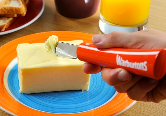 A hűtőből kivett vajat sokkal könnyebb kenni az önmelegítő késsel, ami fel is olvasztja adermedt krémet.