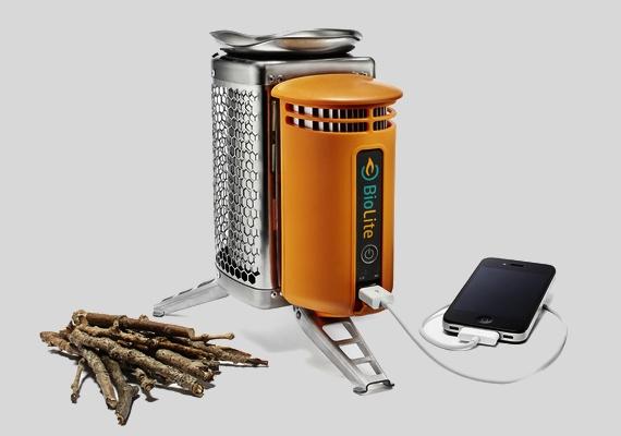 Nagyon kellemetlen lehet, ha kempingezés közben lemerül a mobilod. Erre nyújt megoldást a többfunkciós erdei sütőkészülék, amin a hőenergia segítségével a telefonodat is feltöltheted.