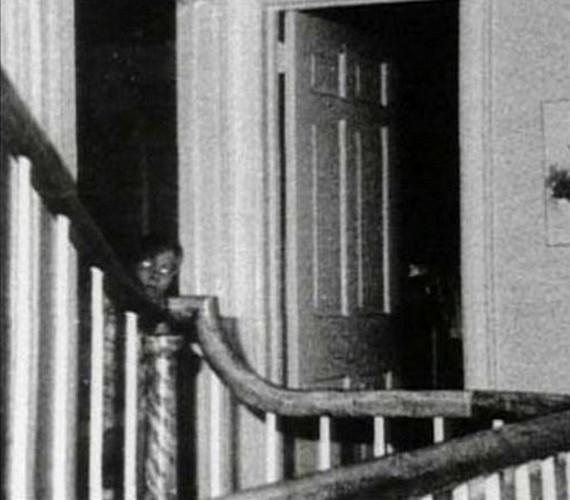 Egy család hat tagját ölte meg az Amityville-házban az egyik rokonuk a hetvenes években. A képen látható szellem többek szerint az itt meggyilkolt két gyermek egyike.