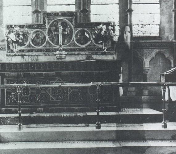 Több mint két és fél méter magas ez az alak, aki a Newby-templom szerzetese lehetett. A kísértet a Sikoly-filmek sorozatgyilkosára hajaz, de a fotó jóval a premier előtt készült.