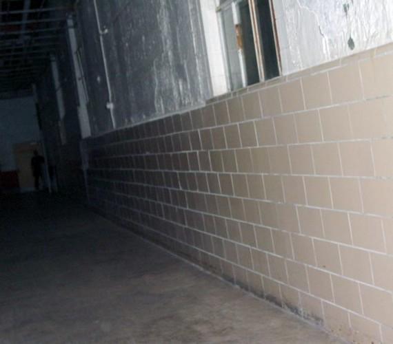 A már nem üzemelő Nyugat-virginiai Moundsville börtönben időről időre felbukkan a rejtélyes árnyékember. Az épületet kísértetjárta nevezetességként tartják számon fura zajai és hűvös pontjai miatt.