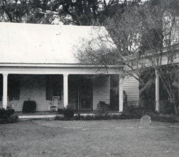 Chloe, a kettős gyermekgyilkos visszatért a tetthelyre, a lousianai ház verandájára. A rabszolganőt egykor felakasztották, amiért két kislányt is megölt.