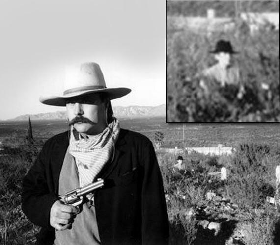 Az arizonai Boothill temetőben készült kép egy baráti jelmezes fotózás eredménye. A sírkő mellett lehetetlen lett volna úgy lekapni valakit, hogy a lábai ne látszódjanak.