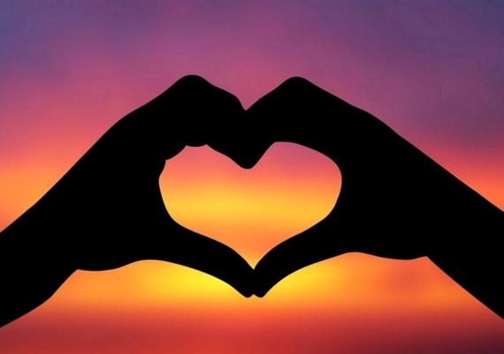 Szívet formáló kezek. Kattints a nagyobb felbontású képért! »