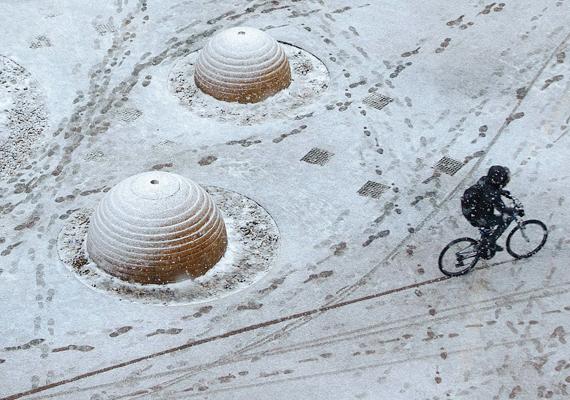 Egy kerékpáros a hóesésben Debrecenben.