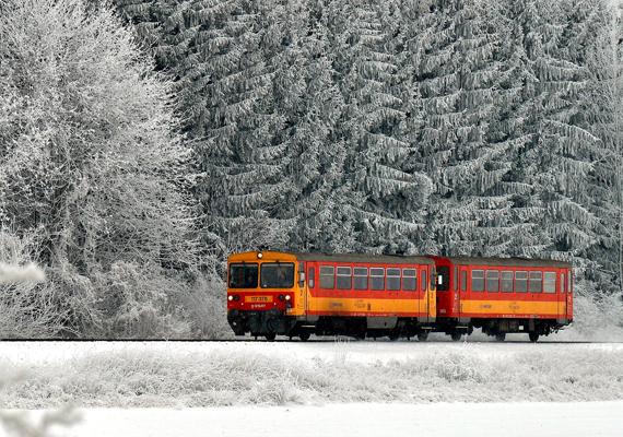 Vonat halad Olaszfalu közelében a havas Bakonyban.