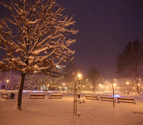 Behavazott padok Nagykanizsán. A térségben eddig több mint 30 centiméter hó hullott. A közlekedés az egész országban akadozik.