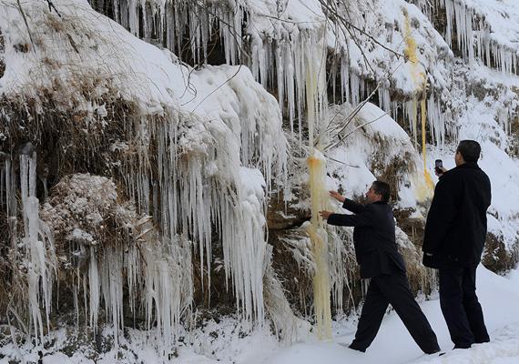 Libanoni férfiak fotózzák a jégcsapokat Bejrúthoz közel.