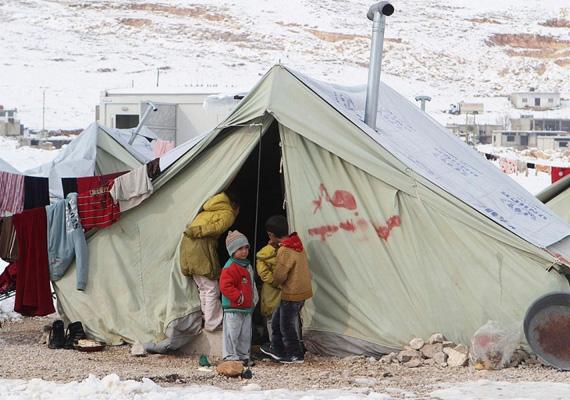 Szíriai gyerekek állnak a menedéket nyújtó sátor előtt az óriási hóesésben.