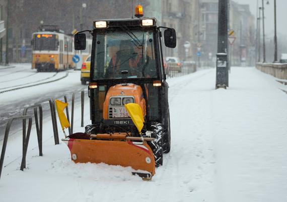 Több mint 80 géppel folyamatosan végezte a hó eltakarítását és az utak síkosságmentesítését a Fővárosi Közterület-fenntartó - FKF - Budapesten - tájékoztatta a társaság hétfőn az MTI-t. A képen egy hókotró munka közben a budapesti Döbrentei térnél.