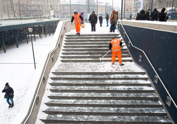 A Keleti pályaudvarnál takarítják a havat.