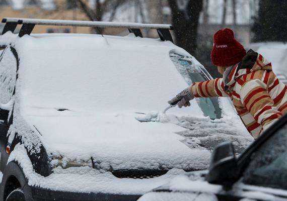 Aki a szabadban parkolt, ilyen látvánnyal szembesülhetett. Így takarította egy hölgy a havat az autójáról Nagykanizsán.