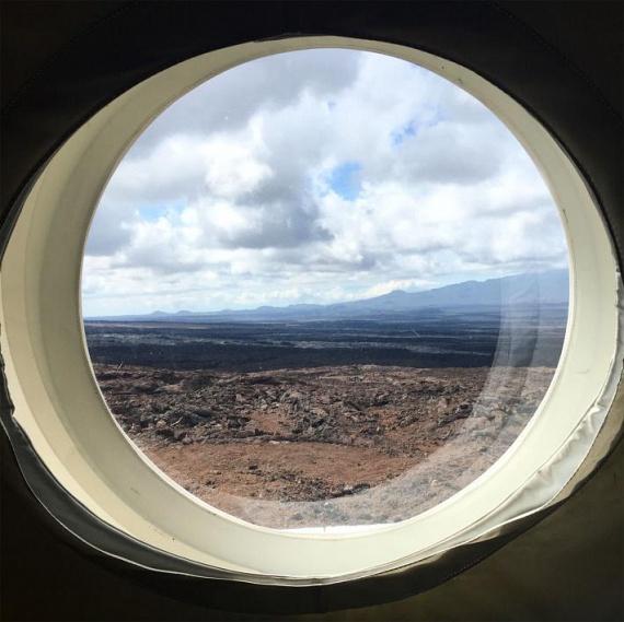 A házikó parányi ablaka a kietlen vulkáni tájra és a kialudt lávamezőkre nézett, amely tényleg egy lakatlan bolygó képét idézte meg. Szomszédok sehol, bár az igazsághoz az is hozzátartozik, hogy a házat csak egy közel 30 kilogramm súlyú szkafanderben hagyhatták el.