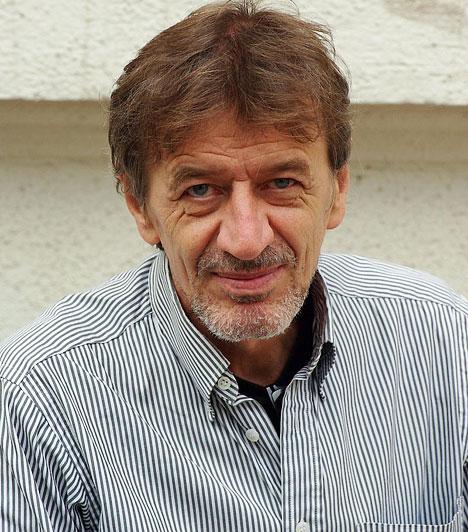 Mucsi Zoltán1979-től másfél évtizeden keresztül a Szolnoki Szigligeti Színház tagja volt, két év szabadúszás és németországi vendégeskedés után 1997-ben szerződött a Bárkához. Majd szabadúszó, a Krétakörben játszik, és 2008-ban szerződik újra a Bárka Színházhoz. Többek között a Tengeren című darabban játszik.Kapcsolódó galéria:Budapest leghíresebb színházai »