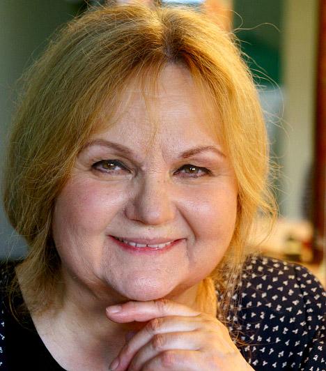 Pogány Judit  Pogány Judit 1944. szeptember 10-én született Kaposváron. Bár a Színház- és Filmművészeti Főiskolától az első rostánál eltanácsolták, azonban amatőr színjátszó társulatával az 1965-ös Ki mit tud?-on bekerültek a döntőbe. Színészi pályája a kaposvári Csiki Gergely Színházban kezdődött, komoly áttörést pedig a Várj, míg sötét lesz című darab hozott számára. Jelenleg a szabadúszó, legtöbbet az Örkény és a József Attila Színház színpadán láthatod.
