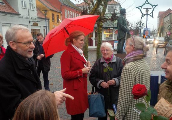 Helle Thorning-Schmidt az idősekkel is szót ért. Assens városába látogatott a helyi választások miatt.