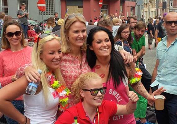 A dán miniszterelnök éppen a koppenhágai Pride felvonulásán pózol augusztusban.