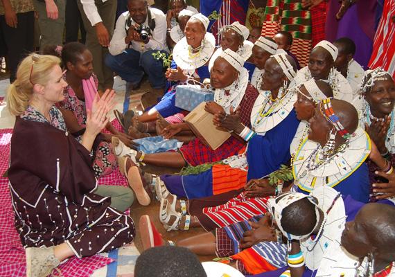 Helle Thorning-Schmidt tanzániai nőkkel beszélget a képen. A dán kormány a fejlesztési támogatásainak nagy részét a világ legszegényebb országaiban élő nők helyzetének megsegítésére költi.