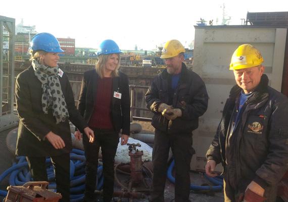 A kép idén novemberben készült. A dán miniszterelnöknő mintha csak a hasonmásával pózolna, de nem. A hölgy az észak-jütlandi választások egyik jelöltje, aki éppen a kikötő környékét mutatja neki.