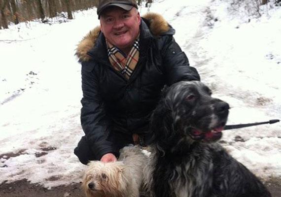 Hende nem rejtette véka alá magánéletét a Facebook-oldalán sem. Itt például kutyáit mutatja be a követőinek.