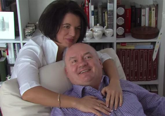 Hendéről és újdonsült szerelméről, Szajlai Mónikáról meghitt, minden pillanatában szórakoztató videót forgatott Körmendi Gábor. Szajlaival egyébként Hende válása után jött össze, és bevallása szerint megváltozott az élete, amikor újra szerelmes lett egykori minisztériumi kollégájába.