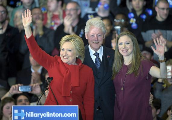 Hillary Clinton, az amerikai Demokrata Párt elnökjelöltje az első számadatok szerint holtversenyben végzett Bernie Sanders szenátorral az iowai jelölőgyűlésen. Iowa az első állomása az amerikai elnökválasztási kampánynak.