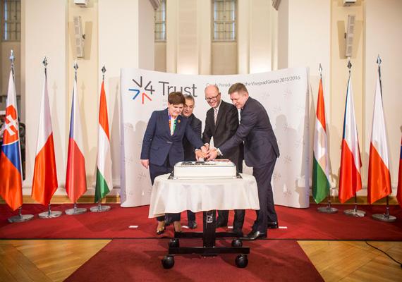 A visegrádi négyek kormányfői - köztük Orbán Viktor is -, rendkívüli csúcstalálkozón vettek részt, fő témájuk a migráció volt. A V4 csoport megalakulásának 25. évfordulóját is ünnepelték.