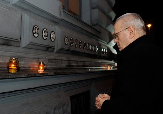Február 25-én tartották a kommunizmus áldozatainak emléknapját. A képen Erdő Péter bíboros látható a Terror Háza Múzeumnál, a Hősök falánál. Az áldozatok tiszteletére megemlékezéseket tartottak, mécseseket gyújtottak, illetve kiállítások is nyíltak Budapesten és az ország más pontjain.