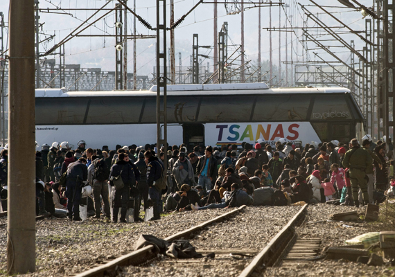 A görög-macedón határon több ezer afgán menekült torlódott fel amiatt, hogy Macedónia csak a szíriaiakat és az irakiakat engedi át, az Afganisztánból érkezőket gazdasági bevándorlóként kezeli. Ide kattintva megnézheted az ott készült képeket!