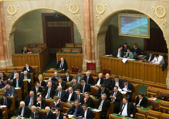 A kedden elfogadott törvénymódosítási javaslat mellett megduplázták Matolcsy György fizetését is. A HVG arról is írt, hogy az MNB vehette meg az MKB titkos árverésre bocsátott műkincseit.