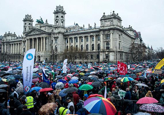 Résztvevők a pedagógusok tüntetésén a budapesti Kossuth téren 2016. február 13-án. A Pedagógusok Szakszervezetének demonstrációjához 48 szervezet csatlakozott. A tüntetés résztvevői a Jászai Mari térről indulva az Emberi Erőforrások Minisztériumának Szalay utcai oktatási államtitkárságát érintve érkeztek a Kossuth téren felállított színpadhoz, ahol több beszédet mondtak. A tüntetéshez csatlakoztak az egészségügyi, a szociális, a kulturális és a közigazgatási terület dolgozóit képviselő szervezetek is. A zuhogó esőben, az esernyők alatt rég nem látott, többezres tömeg gyűlt össze pártoktól mentesen. Amikor a vonulók a Parlament elé értek, a tömeg vége még a Jászai Mari téren állt.