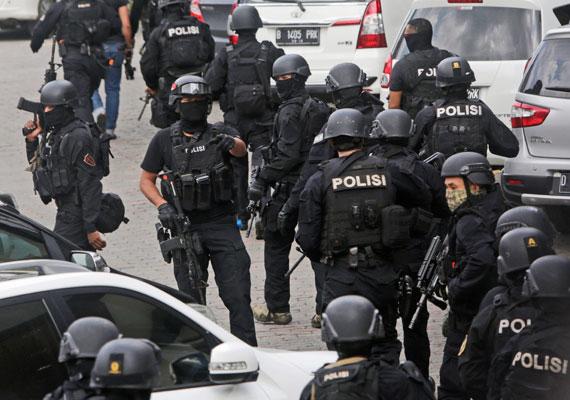 Az indonéz fővárosban, Jakartában január 14-én terroristák kézigránátokkal támadtak meg egy rendőrségi ellenőrző pontot. Ezt követően tűzharcba keveredtek a rendőrökkel: két ártatlan ember és öt támadó vesztette életét.