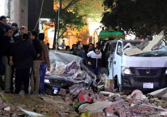 Pokolgép robbant egy rendőrségi rajtaütés közben a gízai piramis közelében, el-Haram kerületben, Egyiptomban. Legalább hatan meghaltak, és 13-an megsérültek.