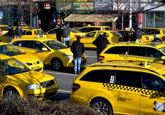 A taxisok hétfő reggeltől egészen csütörtökig demonstráltak Budapest belvárosában az Uber ellen, a tiltakozásukról itt számoltunk be. A demonstráció a József Attila utca, az Andrássy út és a Bajcsy-Zsilinszky út kereszteződésében zajlott, egy-egy sávot hagytak szabadon a közlekedő autóknak.
