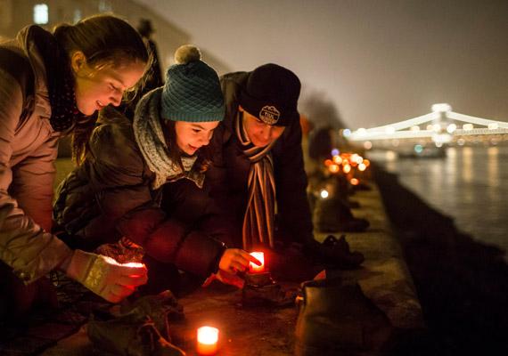 Január 27-én volt a holokauszt emléknapja, világszerte megemlékeztek az áldozatokról. A kép a Cipők a Duna-parton emlékműnél készült, ahol az emberek mécseseket helyeztek el.