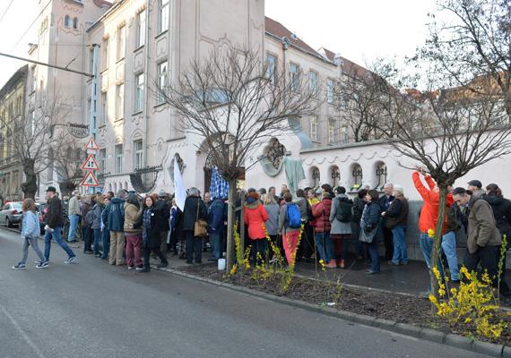 A tanárok szerda reggeli, egy óráig tartó akciójában legalább 15 ezren vettek részt országszerte. Pénteken újabb megmozdulást hirdettek április 15-re, ha a kormány nem tárgyal velük április 12-én.