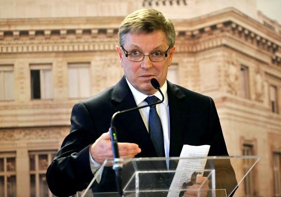 Csütörtökön Matolcsy György bejelentette, az MNB devizatartalékából felhasználnak 1000 milliárd forintot, a kkv-knak pedig 500 milliárd értékben nyújtanak olcsó hitelt, mellyel azok a devizahitelüket is kiválthatják.