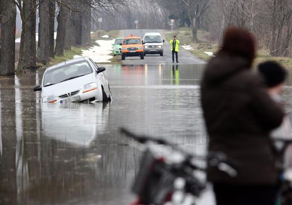 Vas megyében utakat kellett lezárni a kiöntött Gyöngyös-patak miatt.