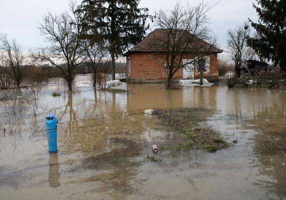 Húsvéthétfőn a márciusi tél után árvízre ébredtünk, ezen a képen épp egy ipolytarnóci ház látható - a víz mögött közvetlenül.