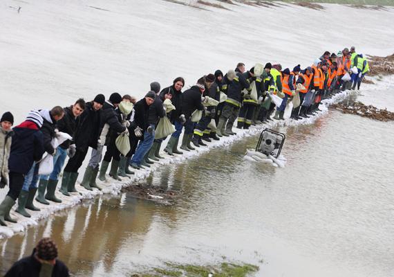 Az árvízi helyzet szerdán sem csitult Nagykanizsán, a kiskanizsai városrészben a Principális-csatorna vízszintje fokozatosan emelkedett, már betört a kiskertek felé, így azok nagy része és több tucat lakóház pincéje víz alá került.