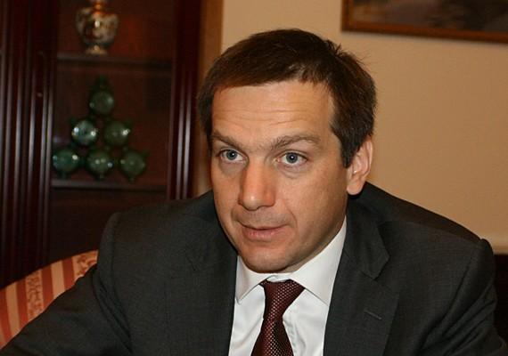 A Jobbik elfogadhatatlannak tartja, hogy 2012-ben az OTP és a Mol 30, illetve 15 millió forinttal támogatta a Bajnai Gordon által létrehozott Haza és Haladás Alapítványt. A frakcióvezető-helyettes arra reagált, hogy az alapítvány minden 1 millió forintnál nagyobb támogatási összeget közzétett az interneten.