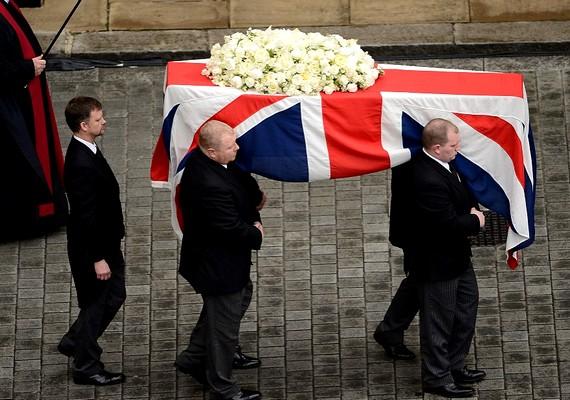 Eltemették a néhai brit miniszterelnököt. A 87 esztendős korában múlt hétfőn elhunyt Margaret Thatcher gyászszertartását a Szent Pál-székesegyházban, az anglikán világunió londoni főtemplomában tartották.